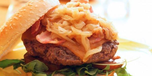 Hamburguesa gourmet con cebolla caramelizada